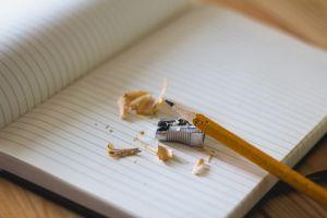 geslepen potlood op een blad papier
