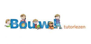 Het logo van Bouw!. De blauwe letters van het woord bouw worden omgeven door jonge kinderen.