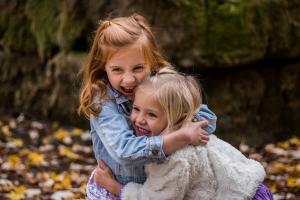 twee meisjes geven elkaar een knuffel