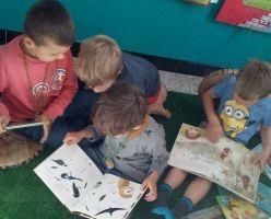 Enkele kinderen aan het lezen in de leeshoek