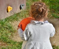 Meisje speelt met een bal