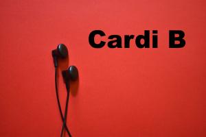 oortjes met ernaast Cardi B