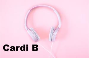 Cardi B naast een koptelefoon