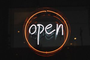 lichtbord met het woord open