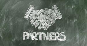 Het woord partners op een krijtbord