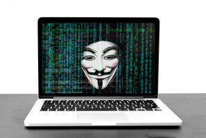 Een laptop waarop een masker op het scherm te zien is.
