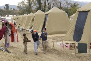 jongens in een vluchtelingenkamp