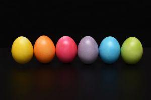gekleurde eitjes op een rij