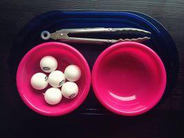 Enkele pingpongballetjes en een tang