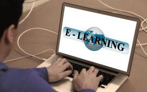 laptop met op het scherm online leren