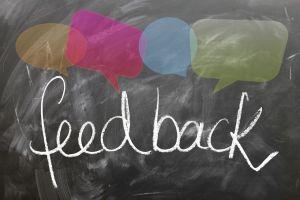 feedback geschreven op een krijtbord