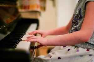 een kind dat piano speelt