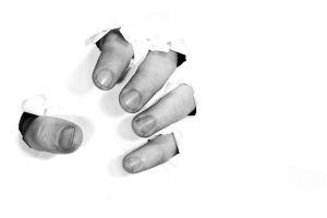 vingers die uit een muur komen