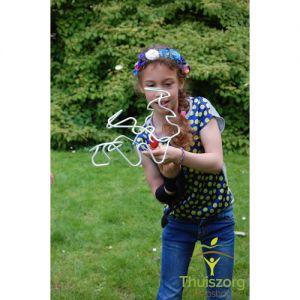 Een kind dat met een arm-oefenlabyrint speelt