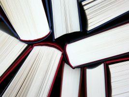 boeken dicht bij elkaar gestapeld