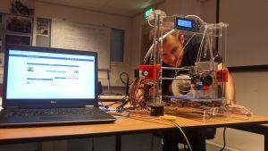 leerling aan het werk in een makerslab