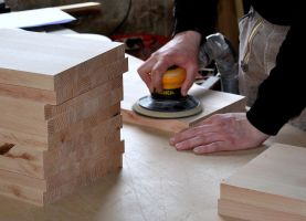 persoon die met hout werkt