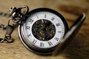 oud horloge dat open staat