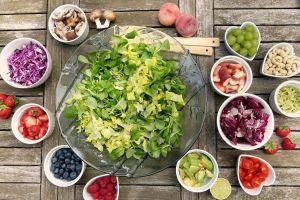kom salade met andere kommen groentjes er rond