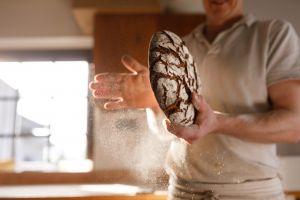 bakker met een brood in z'n hand