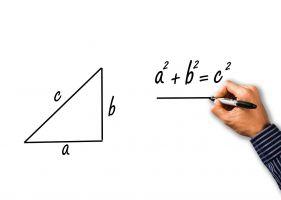 driehoek waarnaast formule a²+b²=c² is geschreven