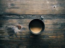 Koffiemok op een houten tafel