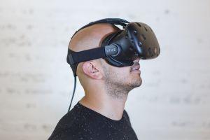 Man met VR-bril
