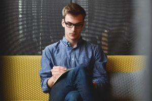man schrijft op een blad