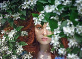meisje met bloemen rond het hoofd
