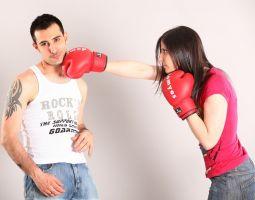 vrouw die man slaat met rode bokshandschoen