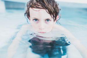 Jongen aan de rand van het zwembad