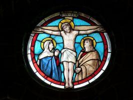 glasraam met Jezus aan een kruis