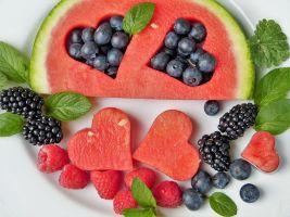 vruit, waarbij uit de meloen hartjes zijn gesneden