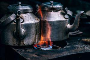 oude kookketels op vuur