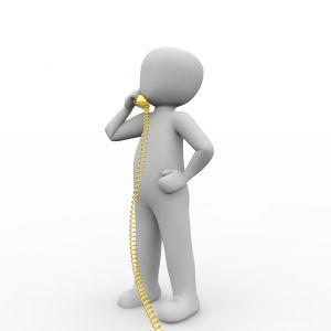 mannetje met een gele telefoon vast