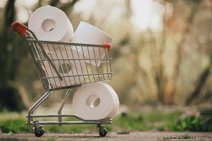 winkelmandje gevuld met wc-papier