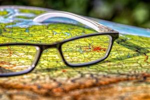 bril op een wereldkaart