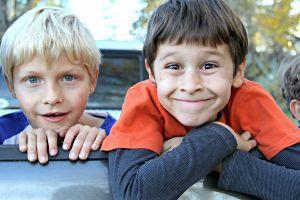 twee lachende jongens