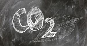 Het chemisch element CO2 op een krijtbord geschreven.