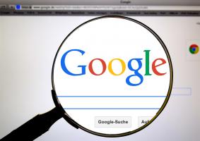 vergrootglas kijkt naar Google op een pc-scherm