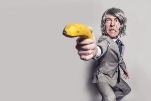 Man die schiet met een banaan