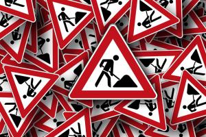 gevaarsborden liggen kriskras door elkaar