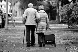 bejaard echtpaar aan het wandelen