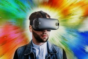 Man met virtualrealitybril op kleurrijke achtergrond