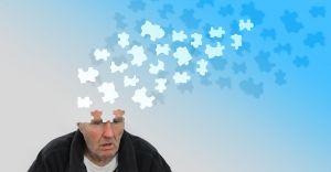 man waarvan het hoofd oplost tot puzzelstukjes