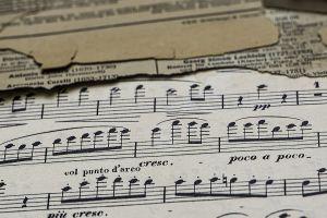 Italiaanse muziekterm crescendo op een partituur