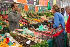 verkoper aan groentenkraam