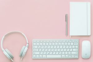 werkplek met toetsenbord, koptelefoon, schriftje...