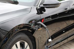 elektrische auto aan een oplaadpaal