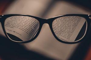 bril die stukken van een boek vergroot
